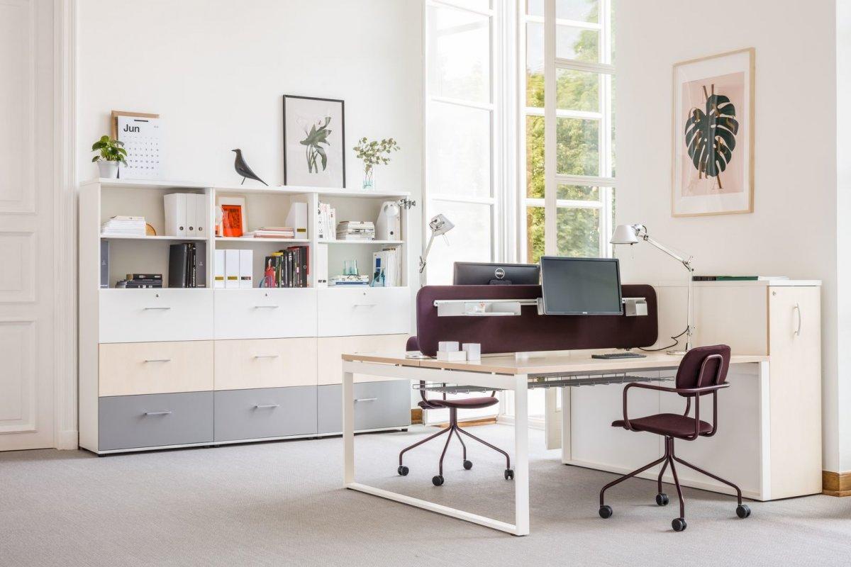Picture of: Ogi Q Skrivebord Med Medeben Alle Skriveborde Design Kontormobler More Office Design Furn By Ox Bordpladerne Com More Design Private Label